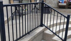 Unos barandales de aluminio en una escalera