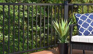 Una terraza con unas vallas de aluminio
