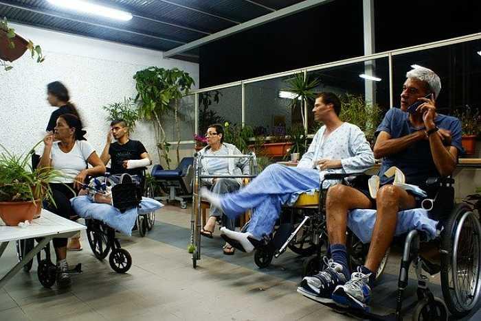Personas en recuperación con andadores y sillas