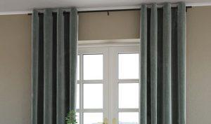 Una cortina con un riel fabricado en aluminio