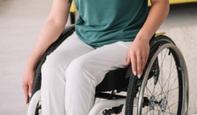 Una silla de ruedas de aluminio para adultos