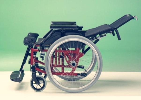 una silla de ruedas de aluminio reclinable