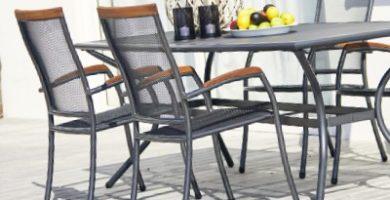 Un conjunto de sillas de aluminio para la calle