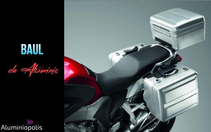 Una moto con tres baúles de aluminio