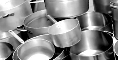 un juego de ollas de aluminio para vitroceramica